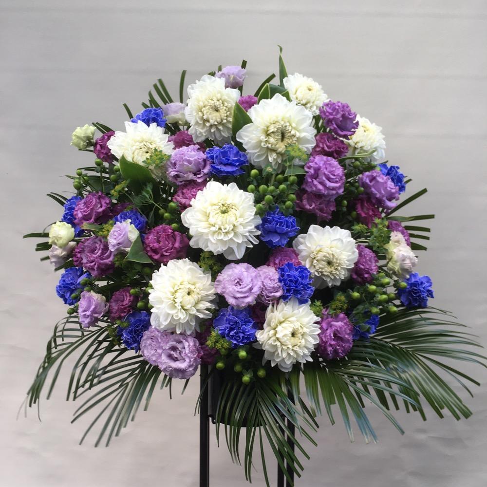 劇場へお届けしたご出演祝用のスタンド花。青と白の人気の組み合わせです。
