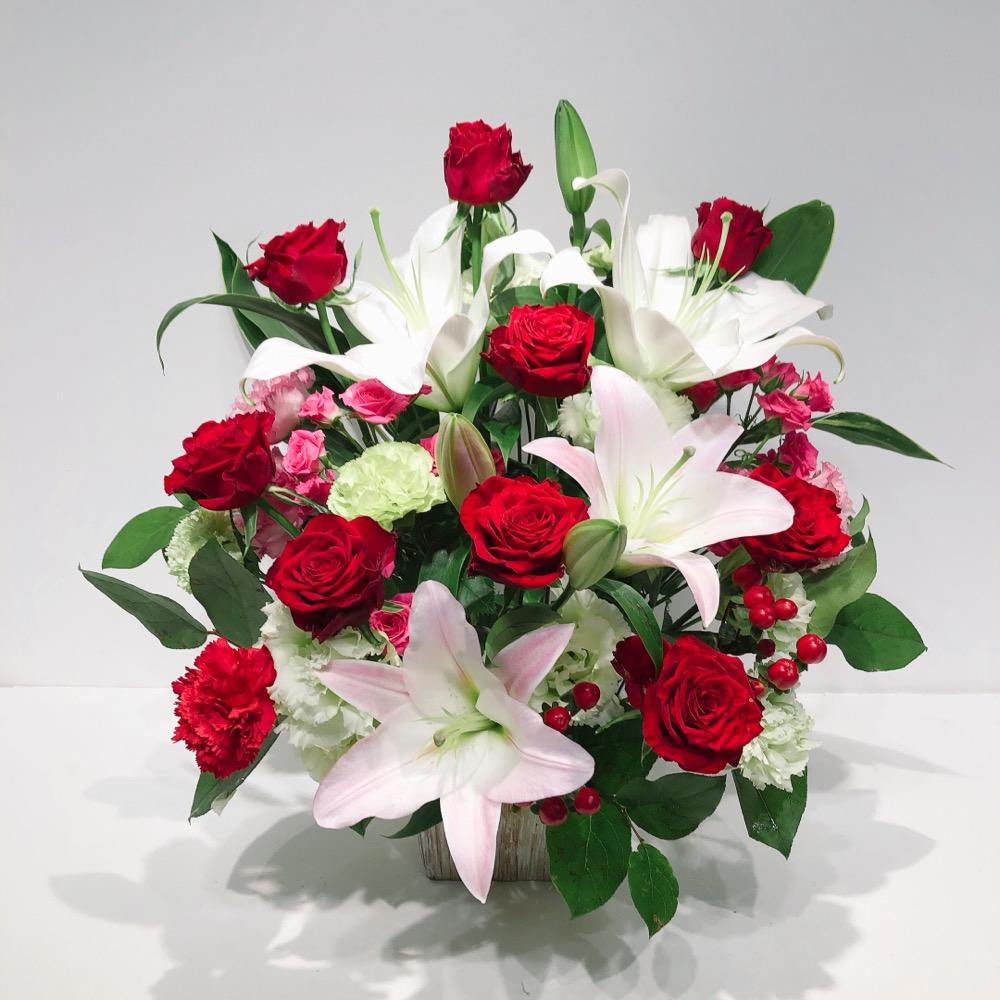 赤バラと白ユリの豪華なアレンジメント(H45)