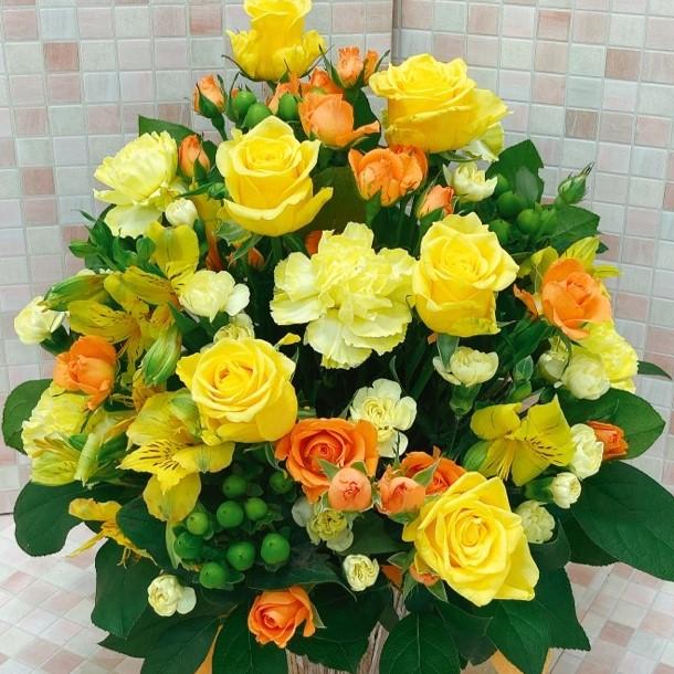 お祝い用アレンジメント 黄色オレンジ系 明るい色合い アップ写真