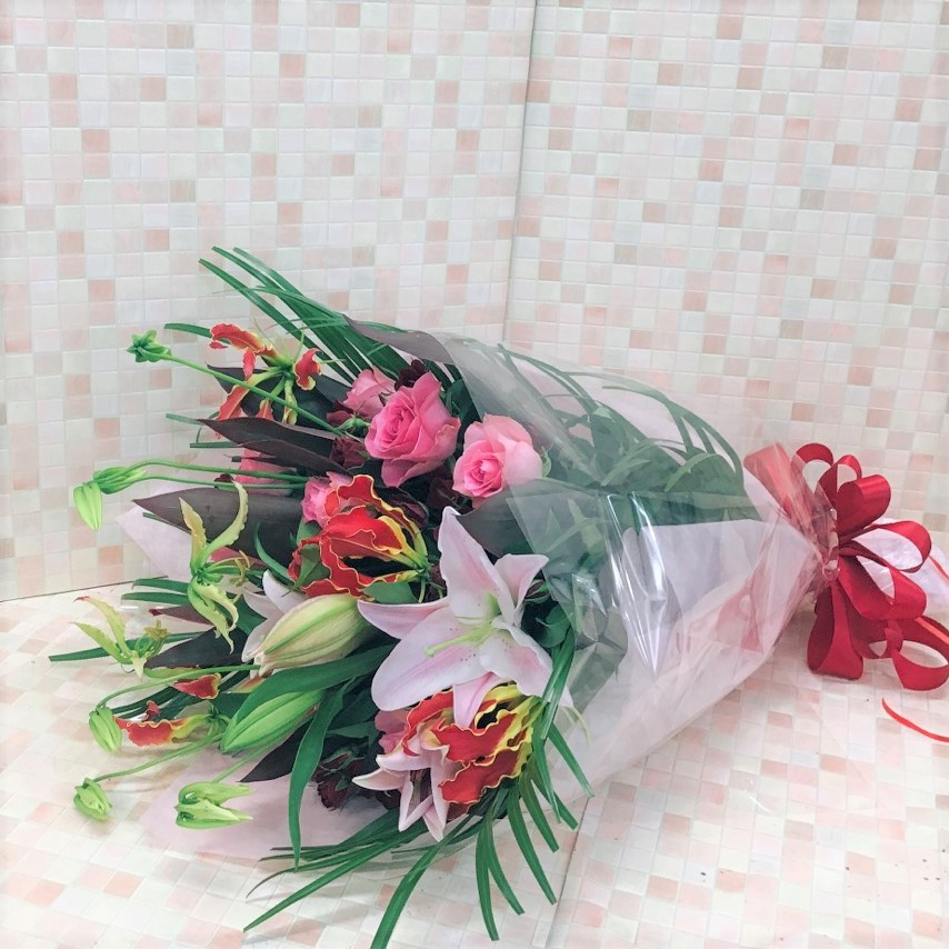 ピンクと赤の華やか花束(H65)