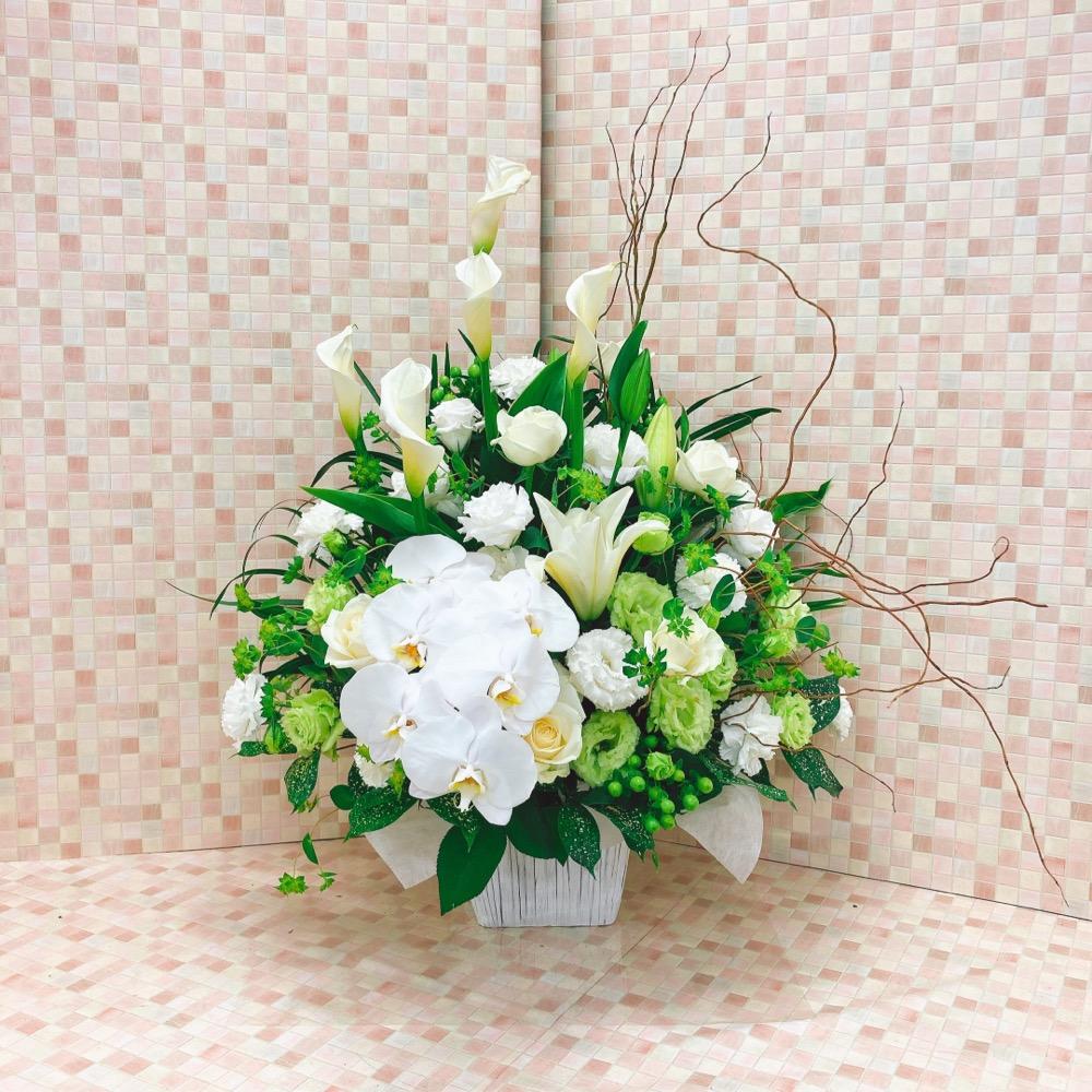 【供花】胡蝶蘭入りホワイトグリーンの上品なアシンメトリーアレンジメント(H70)
