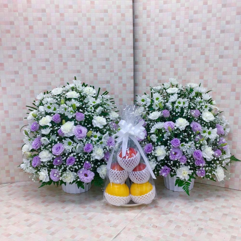 【供花】白と紫のお供えセット(果物付)(H55)