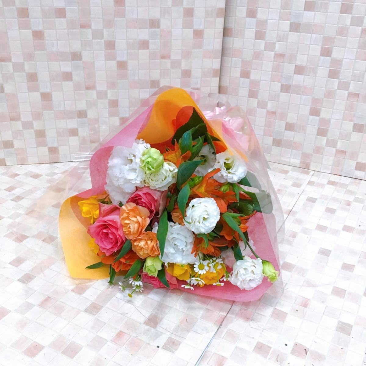 オレンジピンクと白黄色のカラフル花束(H40)